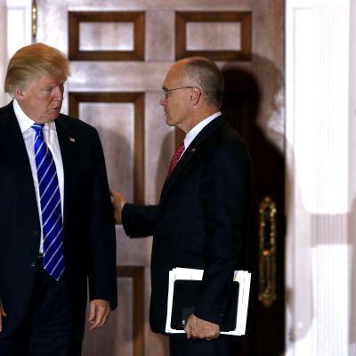 Donald Trump och Andrew Puzder i samtal.