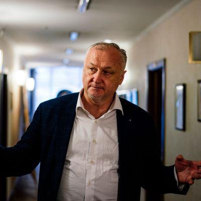 Jurij Ganus gestikulerar i en korridor.