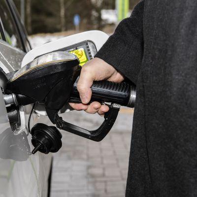 Kuvassa tankataan diesel-autoa.