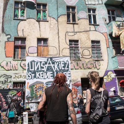 Nuoria vallatun talon edustalla Berliinissä.