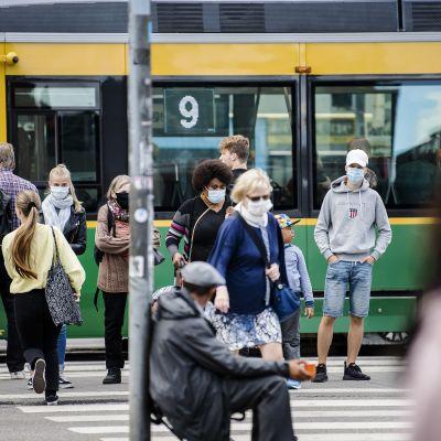 Kuvassa on kasvomaskeja käyttäviä ihmisiä Helsingissä elokuussa 2020.