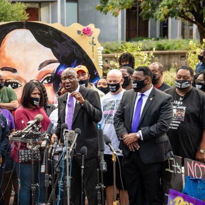 """Breonna Taylorin perheen asianajaja puhui Luisvillessa """"epäoikeudenmukaisuuden aukiolla"""" 25. syyskuuta 2020."""