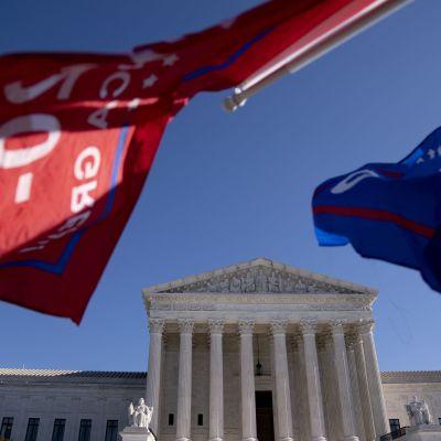 Trumpflaggor utanför Högsta domstolen i USA.