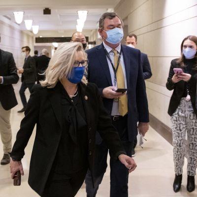 Yhdysvaltojen republikaanipuolueen jäsenet kokoontuivat suljettujen ovien taakse päättämään puoluelinjoja jakavien edustajien Liz Cheneyn (kuvassa) ja Marjorie Taylor Greenen kohtalosta. Molemmat saivat puolueeltaan mandaatin jatkosta.