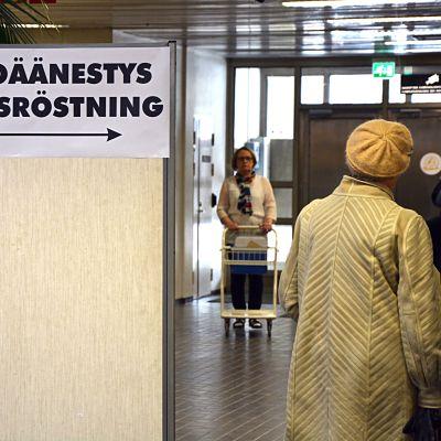 Skylt med förhandsröstning inne i Karleby stadshus