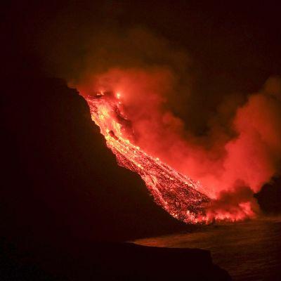 Lavan från vulkanutbrottet på ön la Palma nådde havet sent på tisdag kväll.