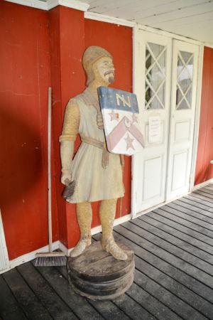 En galjonsfigur som står utanför Lovisa karaktärshus.