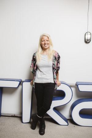 Marleena Ahonen expert på cirkulär ekonomi framför en vit vägg