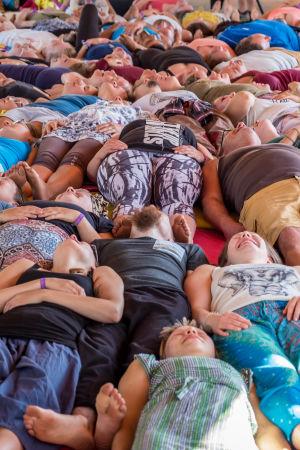 Ihmisiä makaa maassa Natural High Healing -festivaalilla Uudessakaupungissa