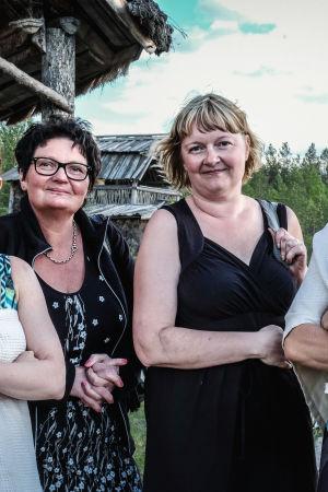 Katja Paju ja Leena Louhisuo sekä toimittajat Hannamari Hoikkala ja Nicke Aldén saunan jälkeen kylpytakit/pyyhkeet päällä Kammi-kylässä Nummijärvellä.