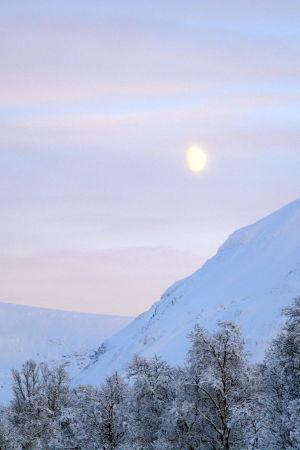 Ett snöklätt fjäll i Norge.