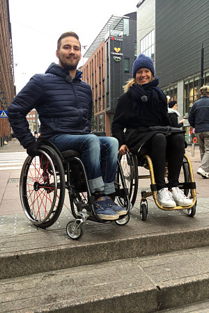 Henry Manni guidar Sonja Kailassaari runt Helsingfors i rullstol.