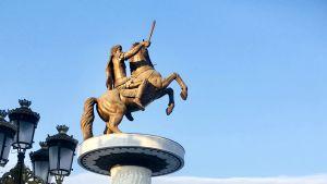 En staty med ryttare till häst i Skopjes centrum, Makedonien.