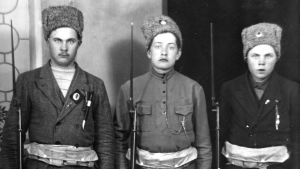 Tre unga rödgardister med Ryska arméns vinterhattar, 1918
