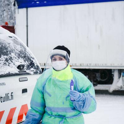 Lähihoitaja Elena Voshchikova viemässä rajanylittäjältä otettua näytettä testattavaksi.