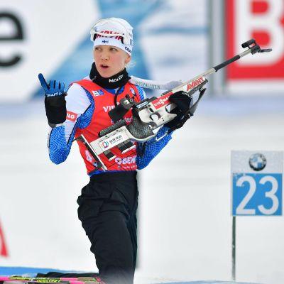 Kaisa Mäkäräinen ser fundersam ut på skjutvallen i Oberhof.
