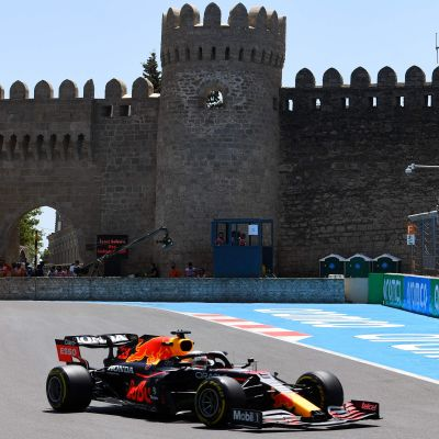 Max Verstappen rattar sin Red Bull i Baku 2021.