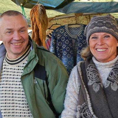Krister Hellström och Baba Salakari är varmt klädda i ylletröjor och mössor på strömmingsmarknaden.