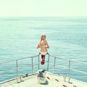 Sasha i fören på en båt.