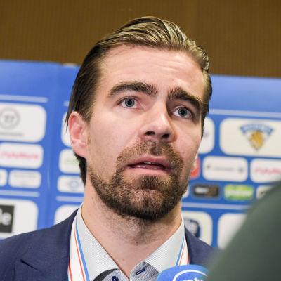 Jussi Ahokas intervjuas av pressen.