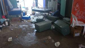Flyktingarnas saker ligger slängda på golvet.