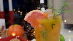 Alkoholiton drinkki korkeassa lasissa.