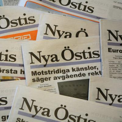 En hög med Nya Östis tidningar