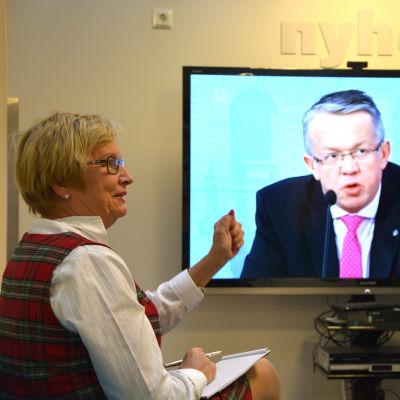 Ulla-Maj Wideroos hurrar när hon får höra att Vasa centralsjukhus kan komma att bevaras som fullskaligt joursjukhus.