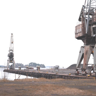 En hamn med två lyftkranar.
