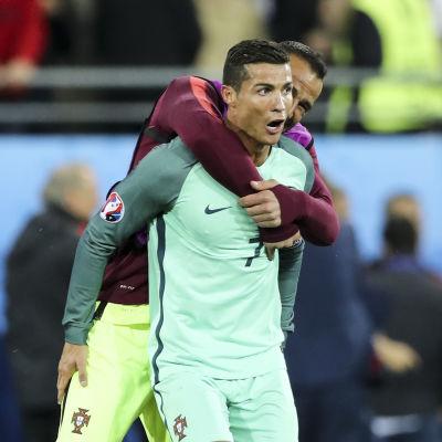 Efter vad som enligt många var EM:s tråkigaste match hittills tog sig Portugal till kvartsfinal efter seger över Kroatien. Nu väntar Polen.