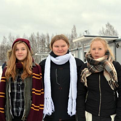 Tre elever på Lovisanejdens högstadiums skolgård