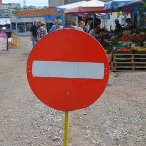 En stoppskylt för att hindra bilar att köra in på ett marknadsområde.