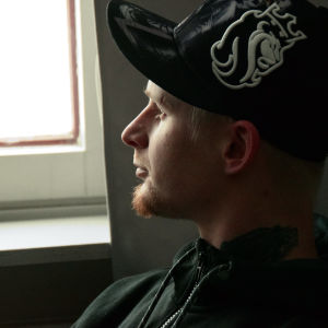 Alex Granqvist tittar ut genom fönstret.