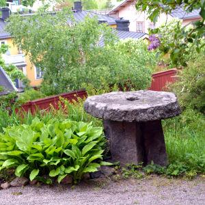 Kvarnsten i trädgården vid Diktarhemmet i Borgå