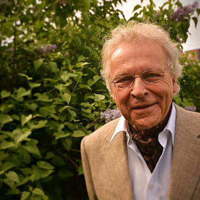 Herman Lindqvist framför en blommande syren, en av vegas sommarpratare 2014