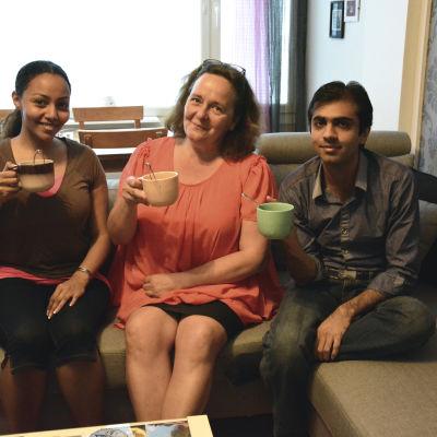 Shaima Majeed, Ritva Mertaniemi och Anas Ashfaq dricker te tillsammans