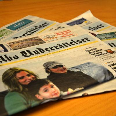 En hög av dagstidningar.