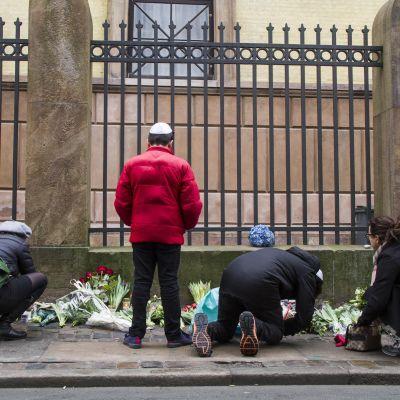Blommor utanför synagoga i Köpenhamn