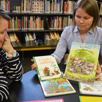Bibliotekarier med barnböcker om odling