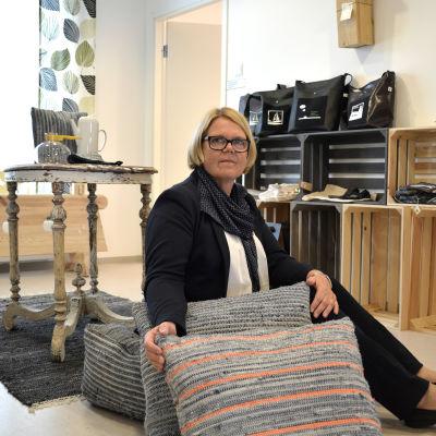 Dynor av jeanstyg och Margita Lukkarinen
