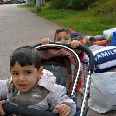 asylsökande utanför polishuset i böle,