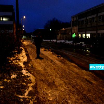 Fotgängare på trottoar novembermorgon