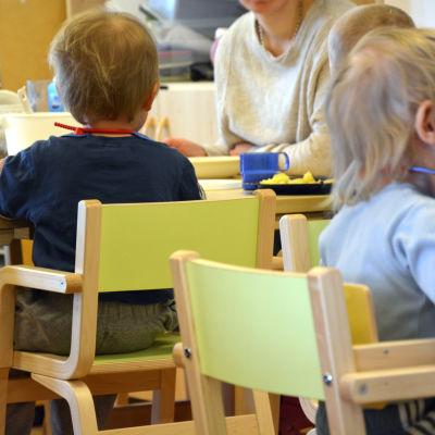 Barnen äter lunch.