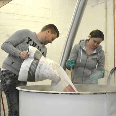 Daniel Löf och Pia-Maria Holkkola håller på med mäskningsprocessen på mikrobryggeriet Jacobstads.