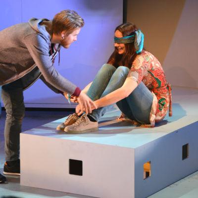 Skådespelarna Henrik Heselius och Kajsa Ek i pjäsen Acts of goodness på Wasa Teater.