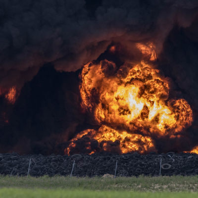 Omkring en femtedel av avsrtjälpningsplatsen brinner.