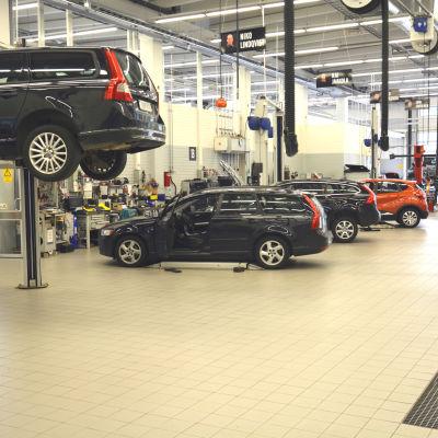 Bilar på rad i bilverkstad