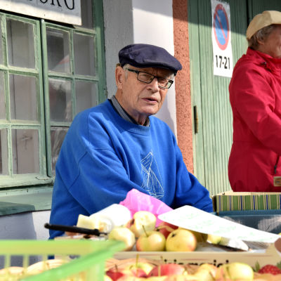 Börje Bärlund säljer äppel i Borgå