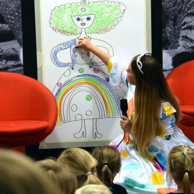 Sanna Mander ritar en prinsessa.