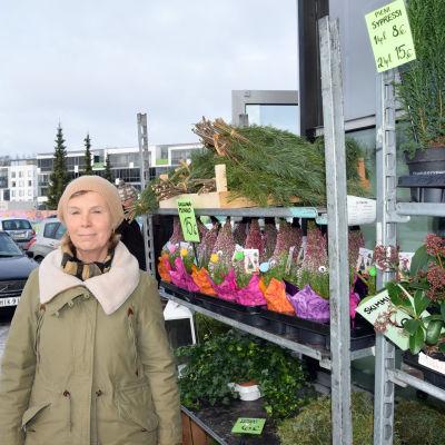Agneta Selroos utanför blombutik i Grankulla.